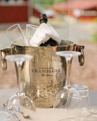 Tyhypäivien yhteyteen pystymme järjestämään hyvin laajasti erilaisia tapahtumia, kuten vaikkapa wine tastingin ☺️  Rento...